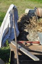 matériel: clous, marteau, bois, chemise