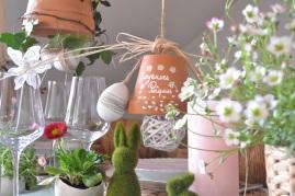 cloches de Pâques au dessus de la table