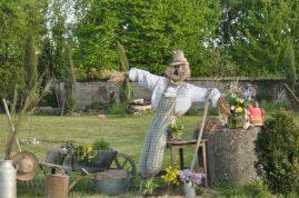 épouvantail dans le jardin