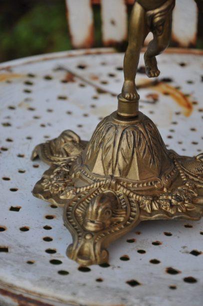 détails du pied du chandelier