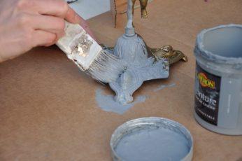 en train de peindre