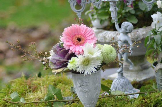 pot patiné et fleurs