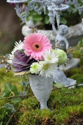 vase patiné avec fleurs