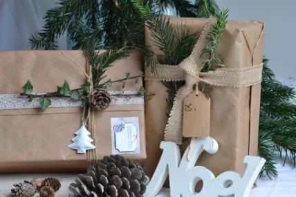 Emballage des cadeaux de Noël en version authentique et naturelle