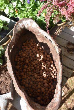 billes d'argile dans le pot