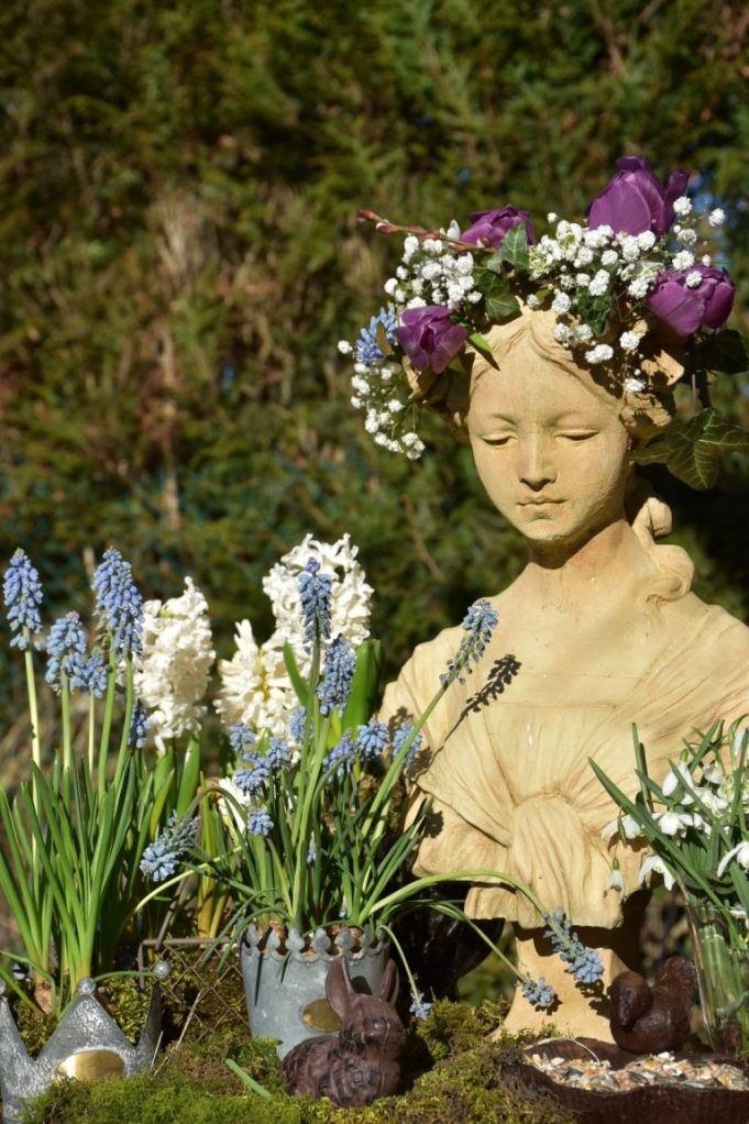 Aurore, couronne de fleurs et jacinthes