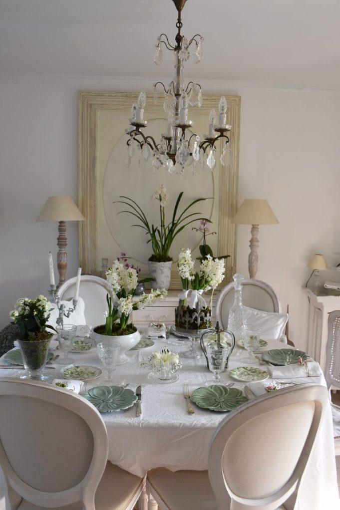 Salle à manger shabby chic avec jacinthes et orchidées