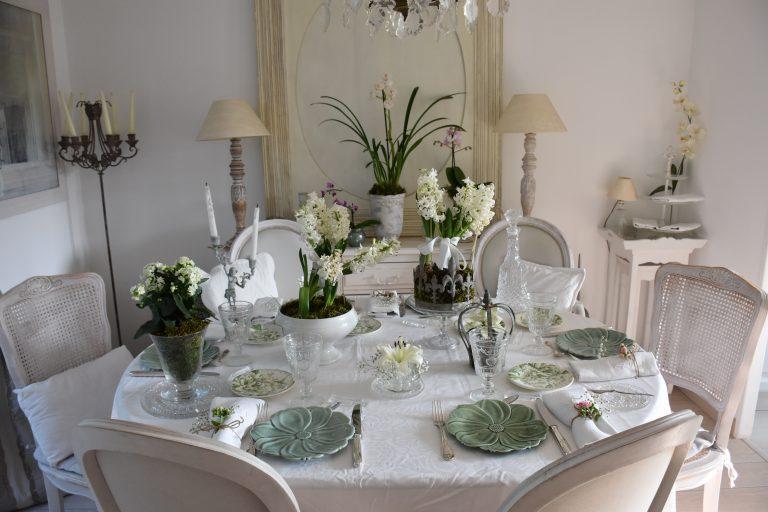 Table printanière jacinthes, kalanchoé et orchidées
