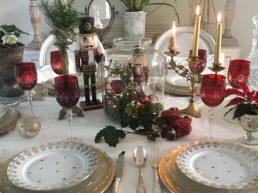 Verres rouges et table de Noël