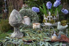 Composition avec jacinthes bleues