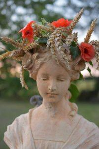 Flore couronnée de coquelicots